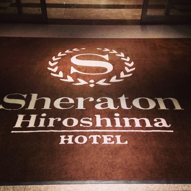 長女の妊娠に気付いたのはちょうどクリスマスイブで、結婚記念日。夫がサプライズで広島駅近くのホテルのディナーを取ってくれていました。アルコールの飲み放題もつけてくれていて、いつもなら「よーし!元を取るまで飲むぞー!」「部屋も取ってくれているし、歩けなくなるくらい飲んでもいいし最高!」というような私。ですが、ワインを一口、口に含んで「あれ、なんかおい しくないぞ…」。ちょっと一口ちょうだいと、夫のビールをもらうも「やっぱりだめだ…」。なぜかお酒がまったく飲めないのです。もったいないのでフルーツジュースばかり一生懸命飲んでいました(笑) その後、取ってくれていた部屋に戻り、何か病気なのかもしれないとスマホで症状を検索した結果表れた「妊娠初期症状」というの文字が現れるではありませんか。私は当時24歳。、予想もしていなかったことだったので「まさかー!」と笑いつつも、検査薬を試してみると、なんとくっきり陽性が出ています。今思うと、身体がアルコールを拒否してお腹の子を守ってくれていたのでしょうか。 しかし次女の場合はというと、ワインがおい美味しくて有名なレストランで行われた友人の結婚式で、ここぞとばかりに白ワインをがぶがぶと飲んだ数日後に妊娠が発覚しました。あのときのワインは、何の違和感もなくとってもおい美味しかった (笑)赤ちゃんを守るための違和感は、次女のときは全く発揮されなかったようです。
